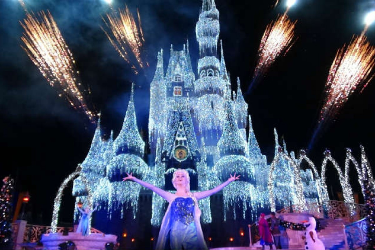 A Frozen Holiday Wish ‑veja Elsa congelar o castelo