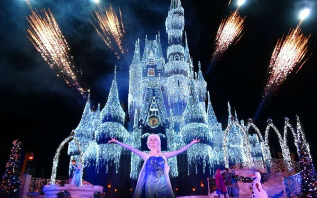 A Frozen Holiday Wish ‑veja Elsa congelar o castelo