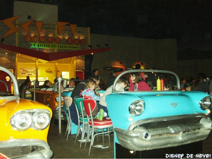 sci-fi-dine-in-theater-mesas