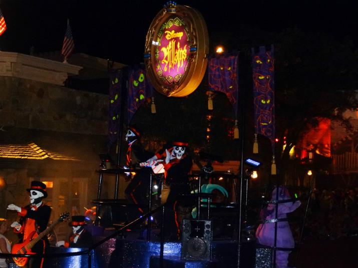 Halloween_Disney_Mickeys_Boo_to_You_Fantasma