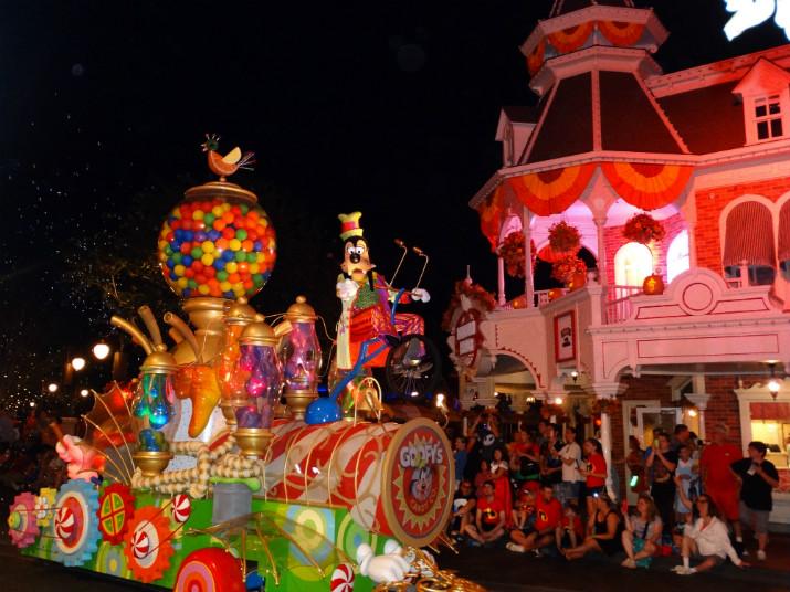 Halloween_Disney_Mickeys_Boo_to_You_Pateta