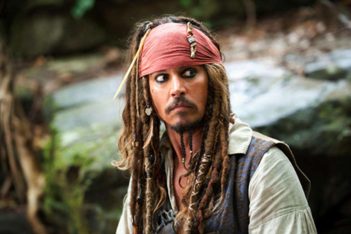 Johnny Depp faz surpresa e surge na atração Piratas do Caribe na Disney