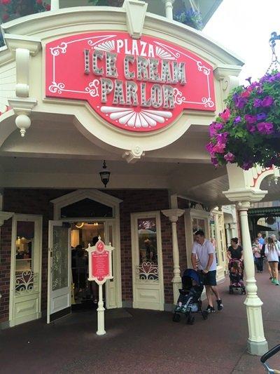 Pia do Mickey Plaza Ice Cream Parlor