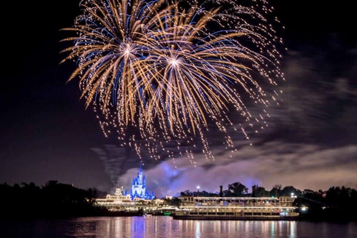 Aluguel de Barco na Disney para ver os shows defogos